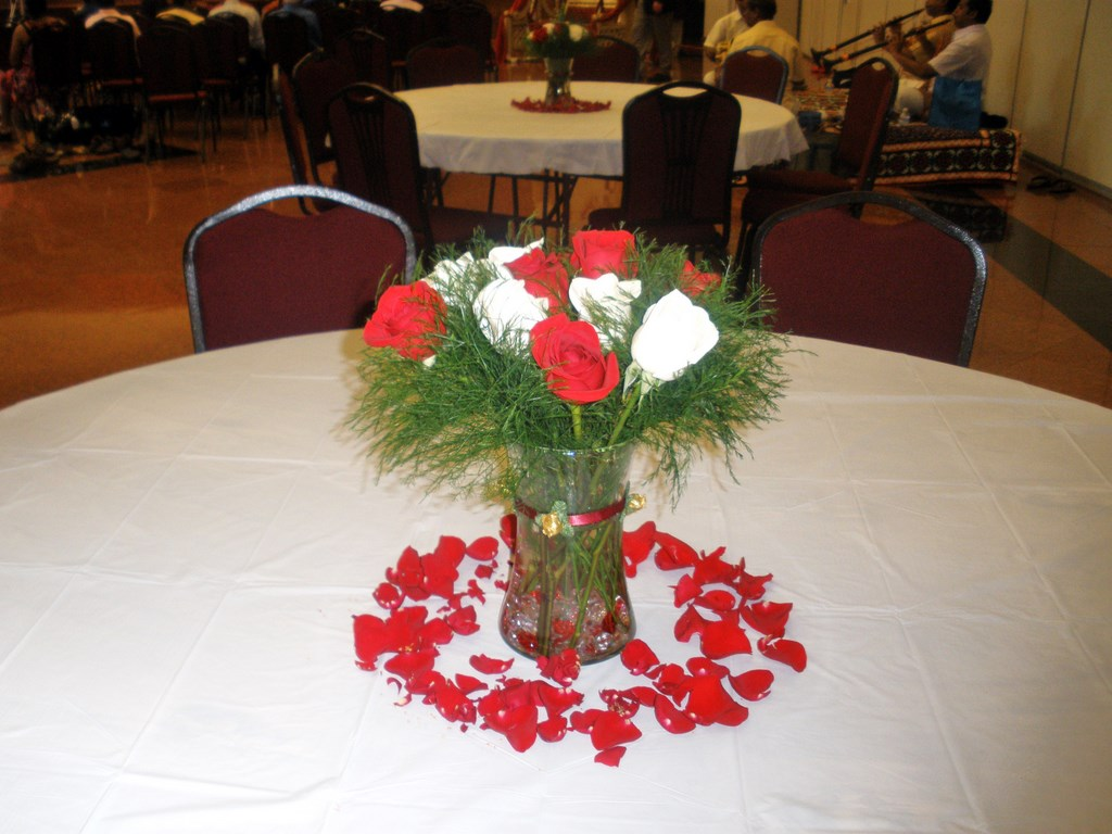 Wedding centerpieces with fresh red and white flowers for Floral table decorations for weddings
